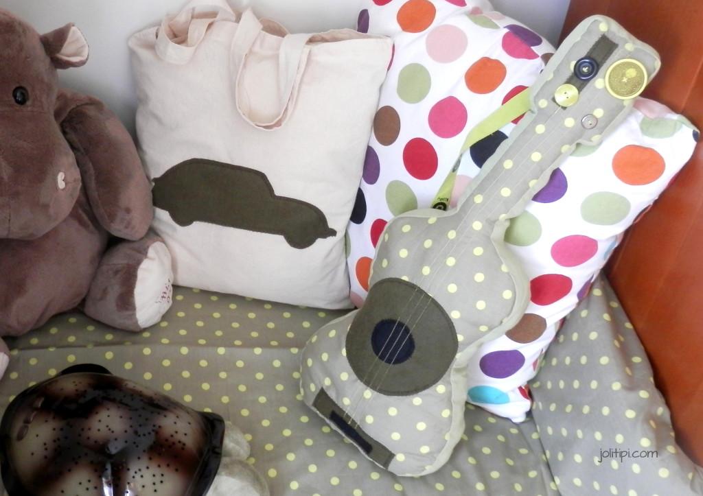 diy coudre une guitare en tissu pour enfant. Black Bedroom Furniture Sets. Home Design Ideas