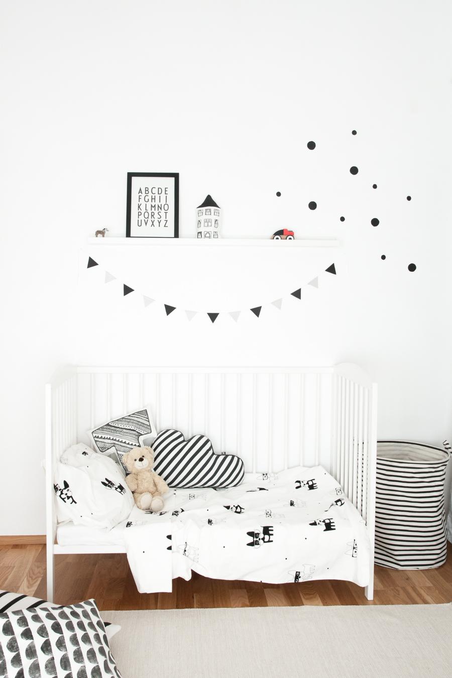 décoration de chambre d'enfant blanc et noir, épurée, poésie, fanions