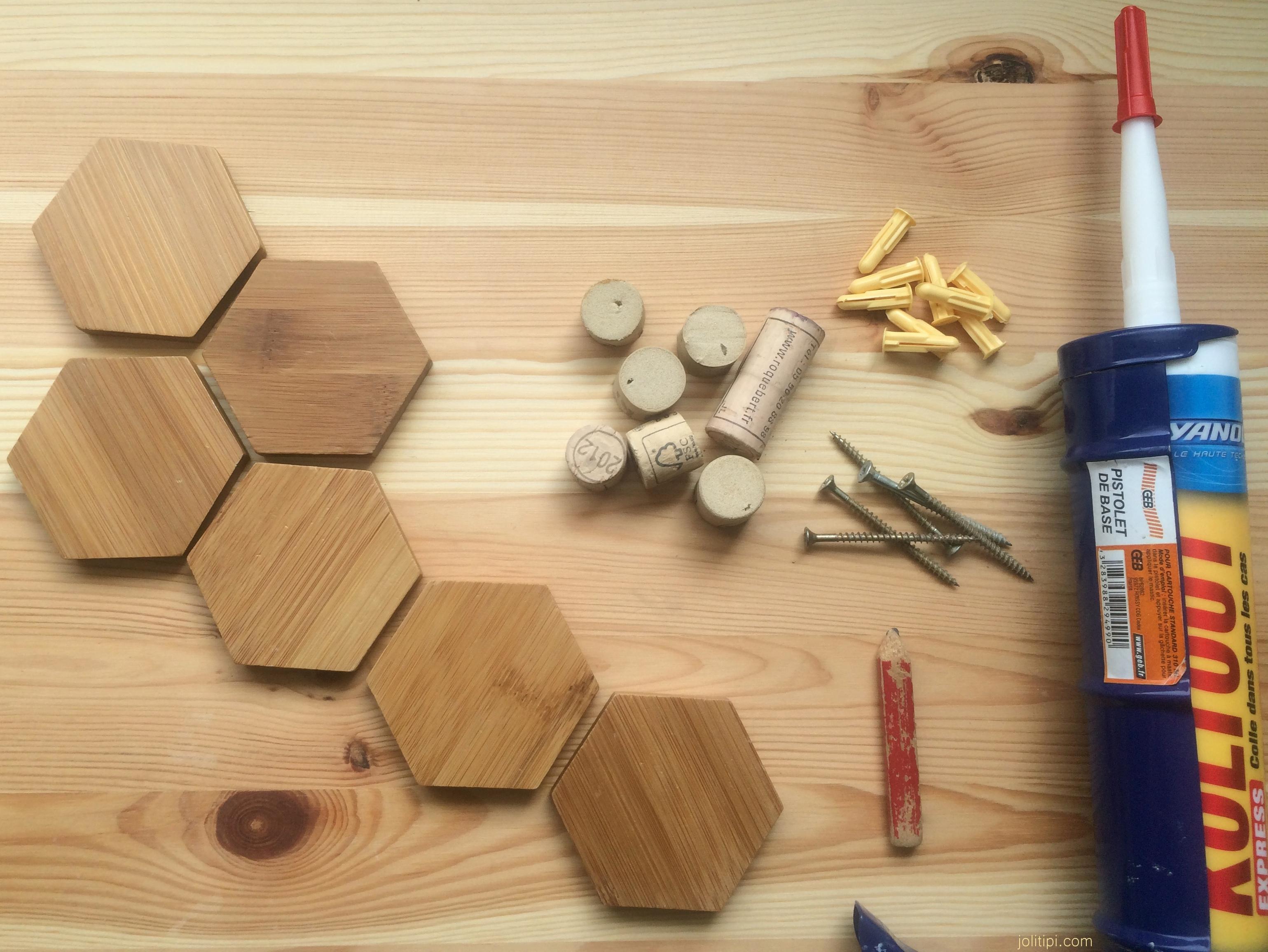Fabriquer Une Applique En Bois diy : des patères en bois pour une entrée au look graphique